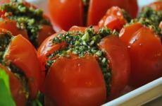 Помидоры, фаршированные зеленью — 5 самых простых рецептов закуски