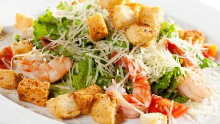 Салат Цезарь с креветками — 6 любимых рецептов