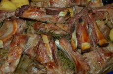 Ребрышки в духовке в рукаве — 8 рецептов с овощами и без