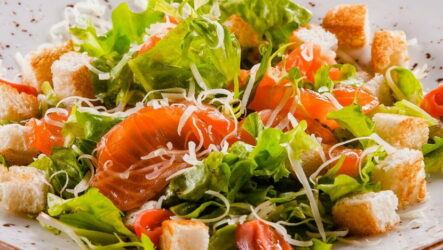 Салат Цезарь с семгой — 7 рецептов для легкого ужина