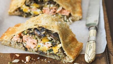 Кулебяка с рыбой — 8 рецептов с сытными начинками