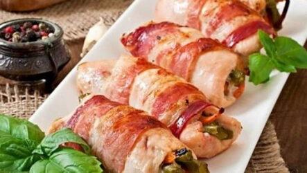 Куриные рулетики в беконе — 6 эффектных рецептов