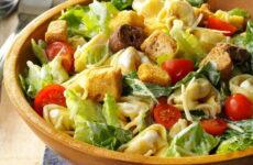 Вкусные салаты с сухариками — 8 домашних рецептов