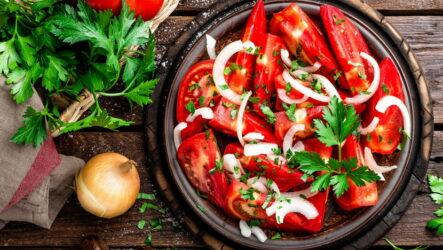 Салат из помидоров с луком — 7 свеженьких рецептов с фото