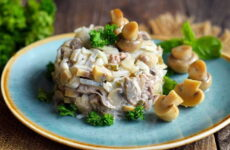 Салат с маринованными шампиньонами — 7 простых и праздничных рецептов