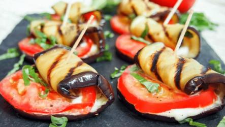 Рулетики из баклажанов с помидорами — 8 рецептов закуски на праздничный стол